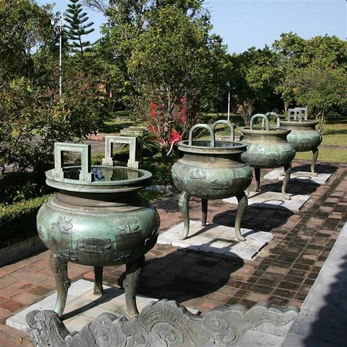 Les neuf urnes dynastiques