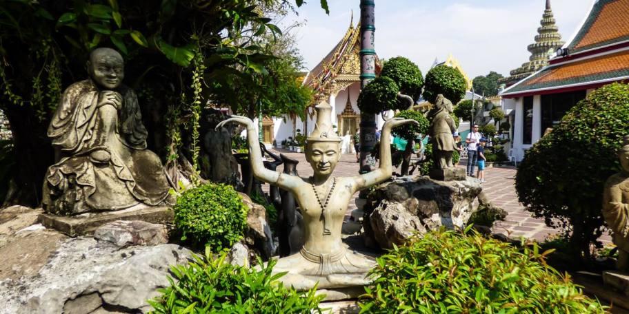 Statues de yoga thaïlandais dans le temple du Bouddha couché